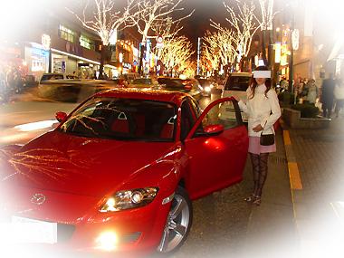 赤いスポーツカーと女性