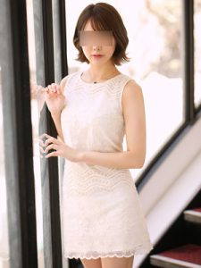 寄り添う白い服の女性
