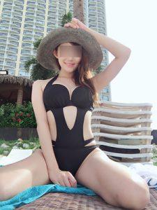 水着のモデル女性
