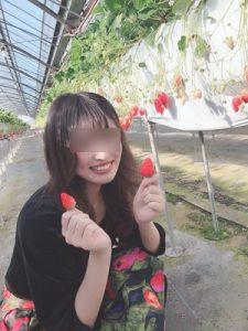 イチゴを持った女子大生